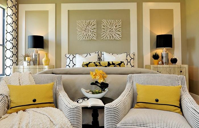 Акцентные подушки ярко-желтого цвета привлекают взгляд и создают приятное впечатление.