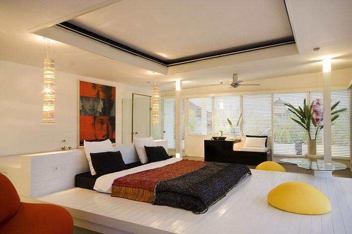 Декоративное панно, которое идеально вписывается в светлый интерьер спальной комнаты.