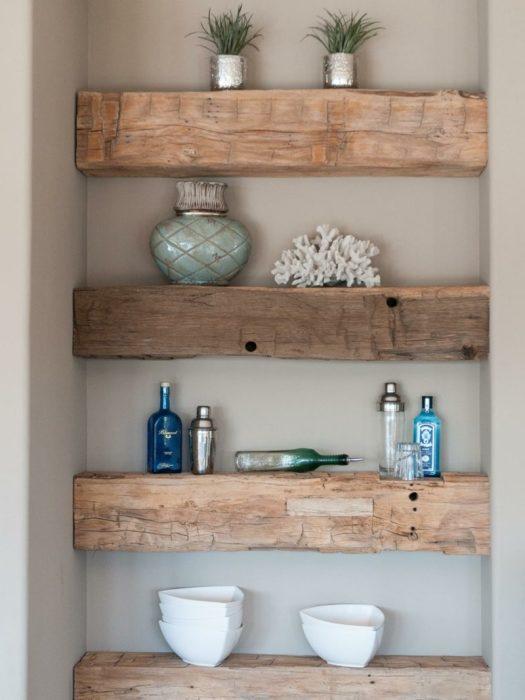 Деревянные полочки для ванной комнаты смотрятся оригинально и респектабельно.