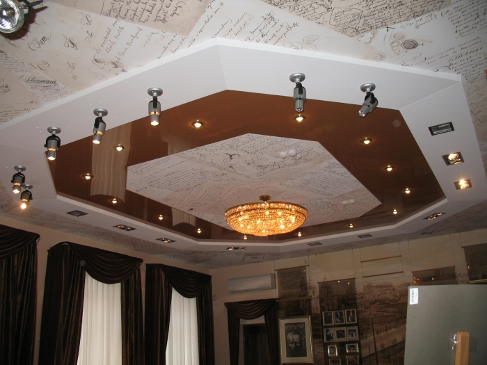 Декоративный многоуровневый потолок в виде писем.