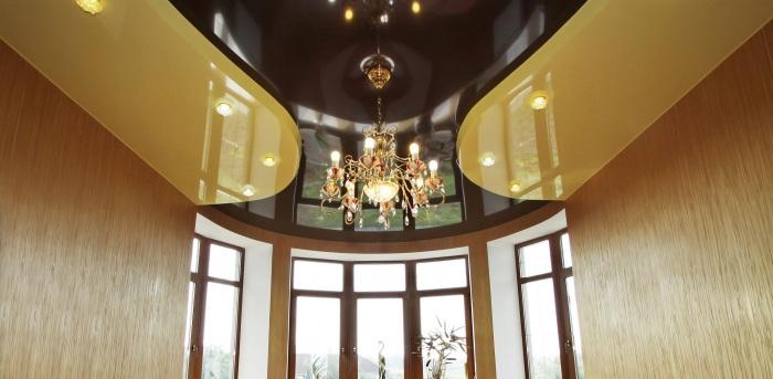 Контрастное сочетание цветов на натяжном многоуровневом потолке в гостиной комнате.