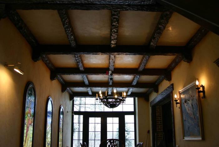 Отделка потолка деревянными балками, создающими сказочную обстановку.