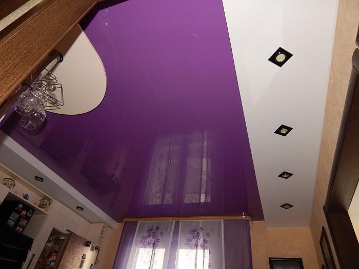 Фиолетовая многоуровневая конструкция натяжного потолка, которая выглядит очаровательно.