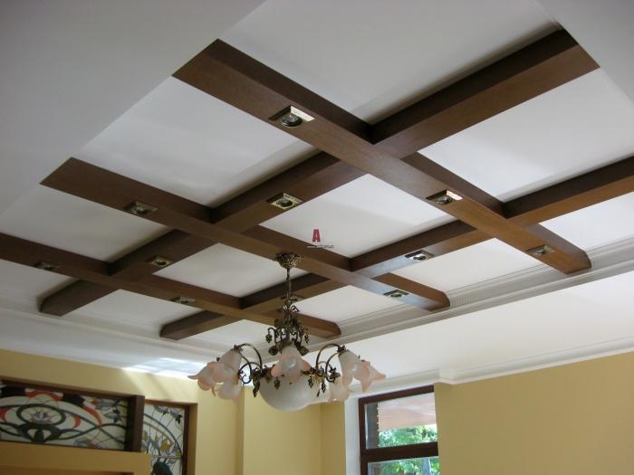 Необычный дизайн многоуровневого потолка с деревянными конструкциями.