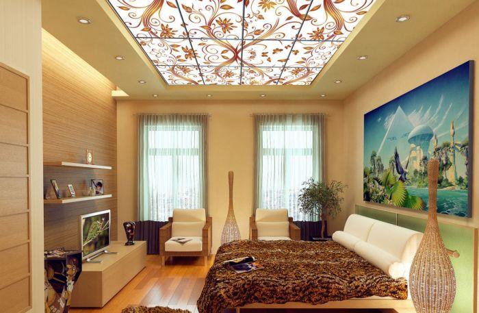 Натяжной многоуровневый потолок с красивыми узорами и легкой подсветкой.