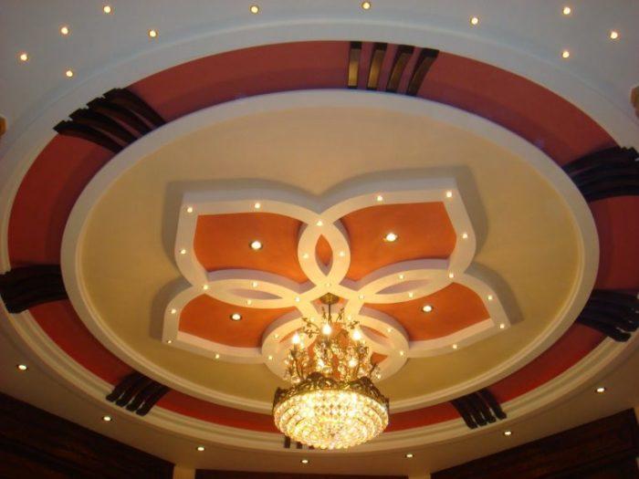 Идеальный вариант оформления потолка интересной и разнообразной формы с необычной индивидуальной подсветкой.