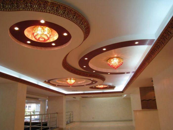 Оригинальная конструкция и освещение подвесного потолка из гипсокартона.