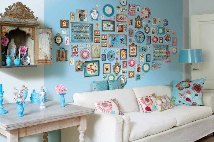 Вітальня кімната в легких пастельних тонах з яскравими декоративними елементами в інтер'єрі.