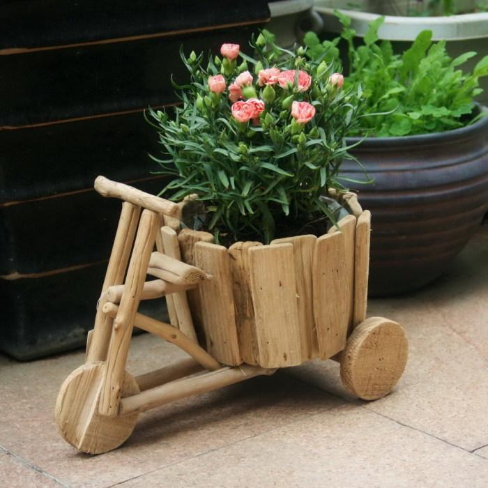 Деревянный горшок для растений в форме велосипеда.