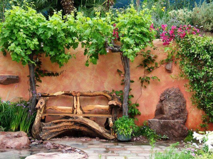 Скамейка из натуральной древесины для садового участка.
