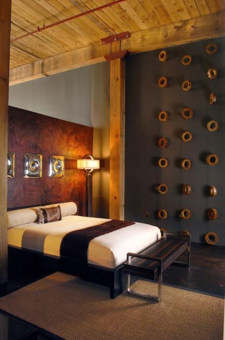 Сіру стіну можна прикрасити спилами з натуральної деревини, які додадуть інтер'єру особливий настрій.