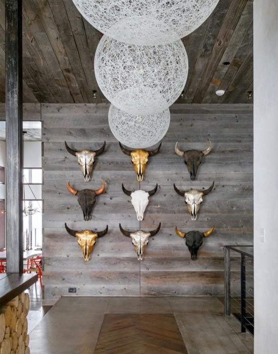 Стіни, декоровані черепами великої рогатої худоби в мисливському інтер'єрі.