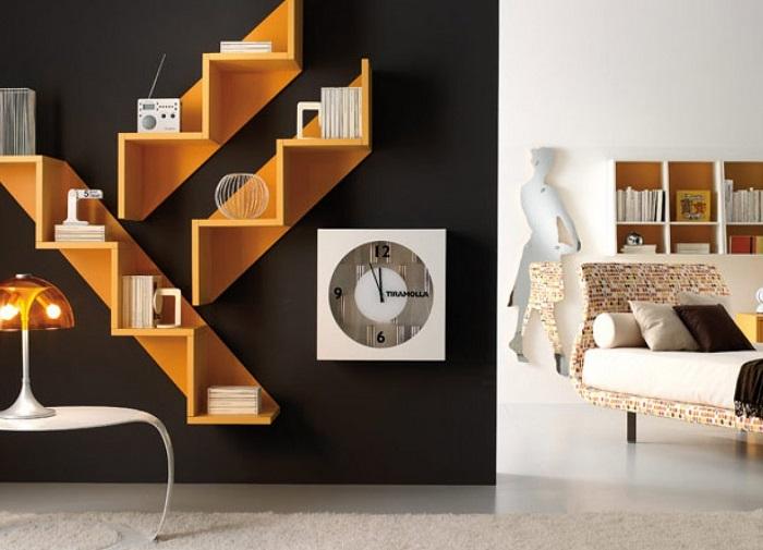 Ярко-жёлтые настенные полки, которые контрастным пятном выделяются в интерьере гостиной комнаты.