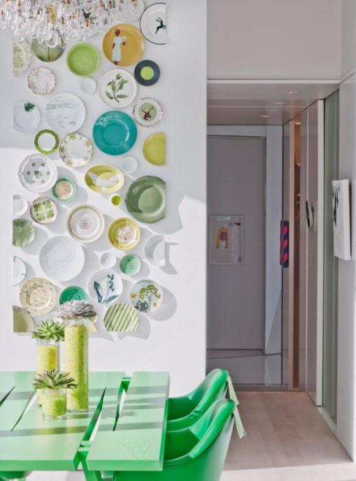 Панно з декоративних тарілок різної форми, об'єднаних єдиним стилем.