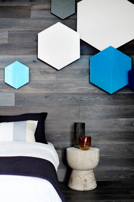 Оригінальне поєднання глянцевих сот і темної породи деревини в інтер'єрі спальної кімнати.