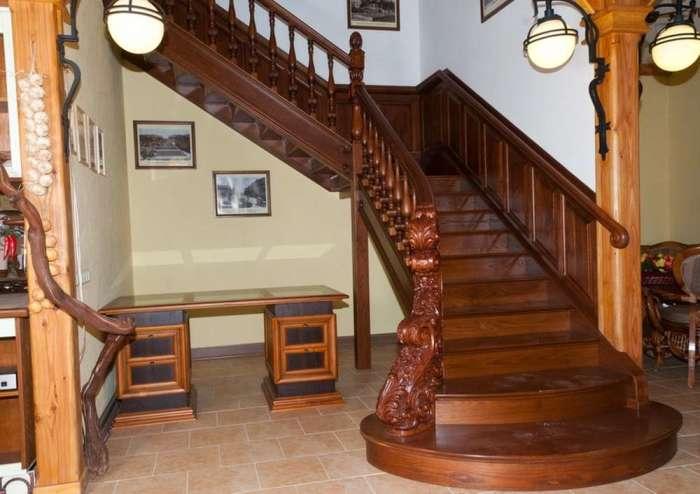 Стильная деревянная лестница в интерьере загородного дома.