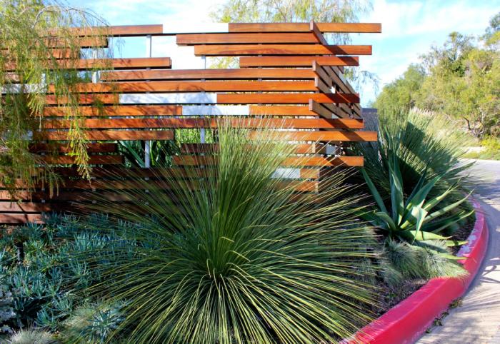 Незвичайна дерев'яна конструкція паркану, яка створить приємне враження.