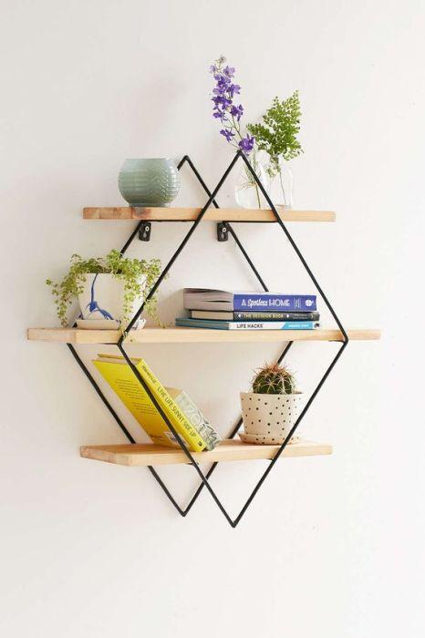 Металлический каркас в форме ромба для настенных полок с комнатными растениями и книгами.