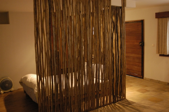 Деревянная перегородка придаст интерьеру природную теплоту и свежесть.