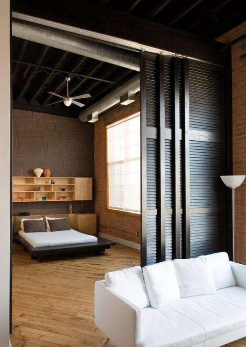 Раздвижная деревянная межкомнатная перегородка - функциональный элемент интерьера.