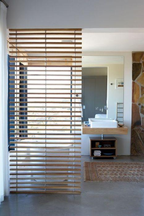 Деревянная перегородка для зонирования пространства в ванной комнате.