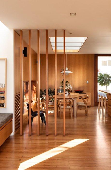20 эффектных деревянных перегородок для стильного зонирования интерьера