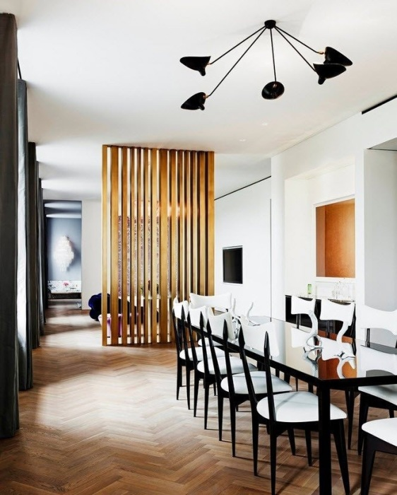 Разделение обеденной зоны и зоны для отдыха с помощью деревянной перегородки