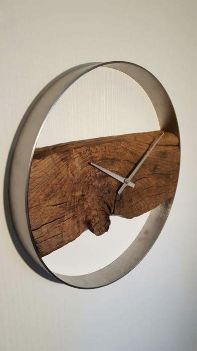 Металлические часы с деревянной вставкой по центру.