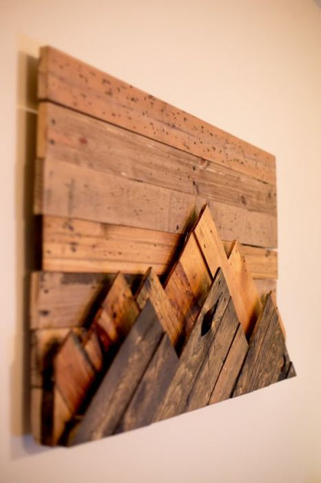 Картина, выполненная из маленьких квадратов разных пород древесины.