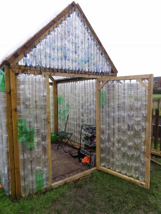 Стены теплицы из пластиковых бутылок на деревянном каркасе