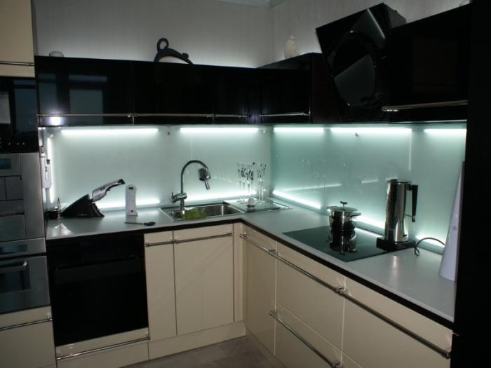 Необычный кухонный гарнитур с неоновой подсветкой - смелое решение.