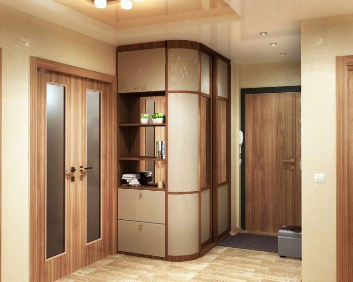 Небольшой угловой шкаф нестандартной формы - отличное решение для экономии пространства.
