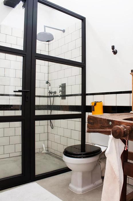 Простая ванная комната в стиле лофт - отличное решение для малогабаритной квартиры.