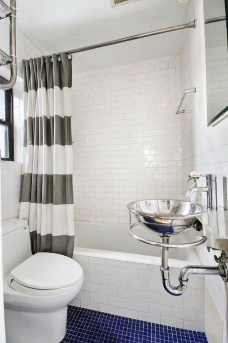 Маленькая, но очень удобная и продуманная ванная комната, объединенная с туалетом.