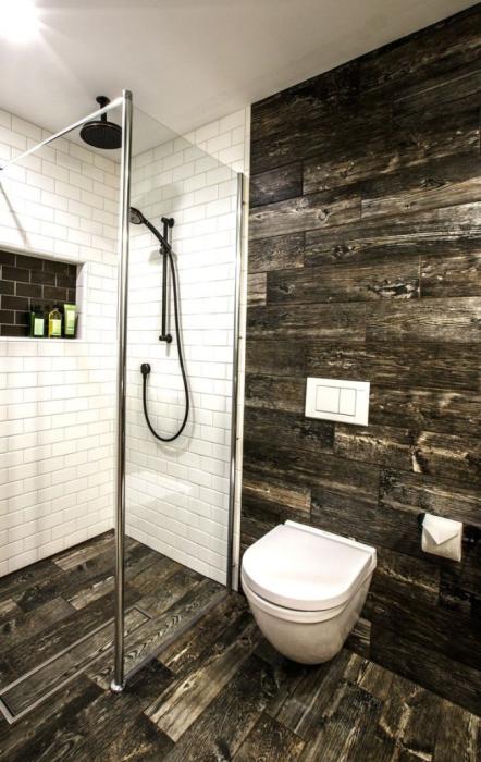 Ванная комната, в которой идеально сочетается натуральное дерево, покрытое лаком и керамическая плитка.