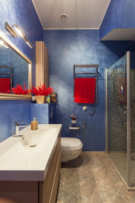 Яркие красные контрастные акценты будут гармонично смотреться в синем интерьере ванной комнаты.