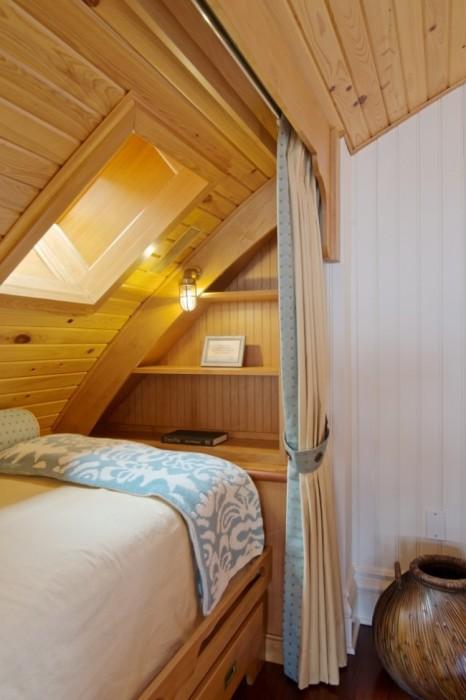 Выигрышное сочетание натурального и декоративного дерева в интерьере спальной комнаты.