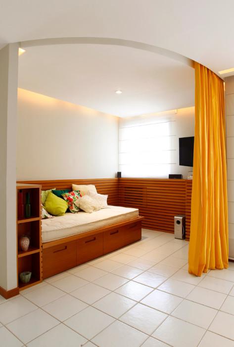 Спальная комната, которую в любой момент можно отделить от гостиной яркой занавеской.