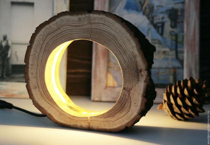 Настольный светильник из обработанной деревянной коряги и встроенной в неё неоновой палочки.