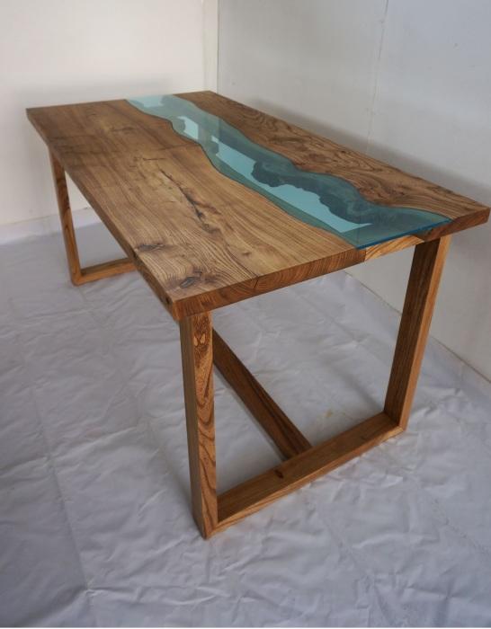 Сочетание дерева и стекла позволило создать необыкновенный журнальный столик.