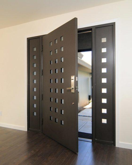 Классическая металлическая входная дверь имеющая индивидуальный дизайн.