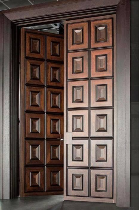 Современная двустворчатая деревянная дверь из натурального материала.