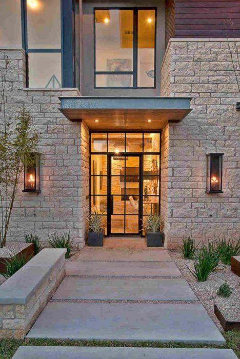 Стеклянная дверь с металлическим каркасом смотрится богато и респектабельно.