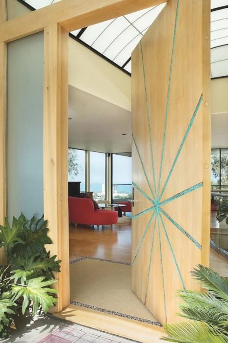 Очень оригинальная деревянная дверь из цельного куска древесины, которая открывается в разные стороны.