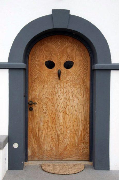 Резная деревянная дверь в форме совы - отличный показатель мудрости и великодушия.