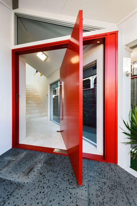 Красная глянцевая дверь, открывающаяся в разные стороны.