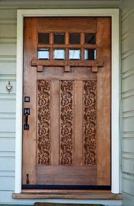 Входная деревянная дверь с необычным орнаментом.