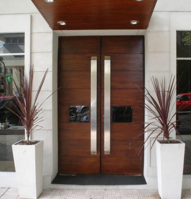 Нетривиальная деревянная дверь из цельной породы древесины.