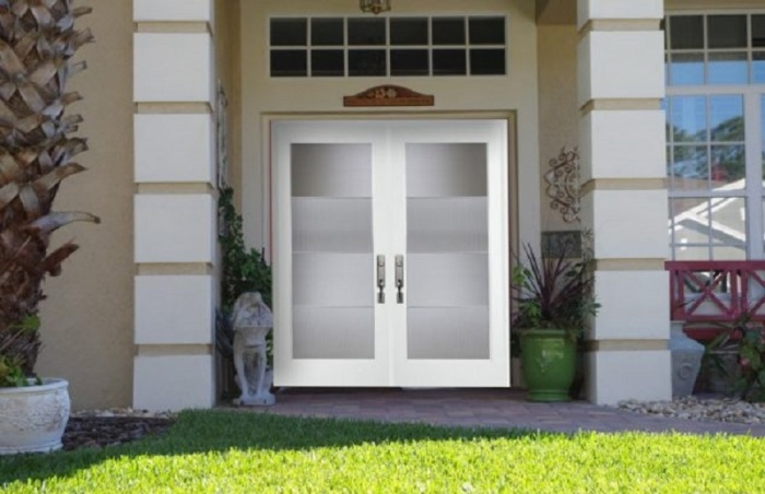 Белая двустворчатая парадная дверь, создаст яркий акцент.