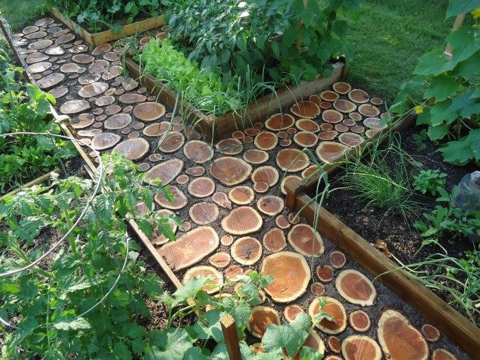 Садовая дорожка, выложенная из деревянных срубов.